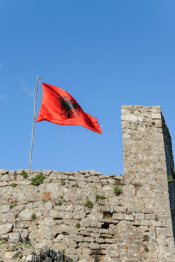 Bandiera albanese sulla fortezza antica Rozafa, Shkoder, Albania fotografie stock