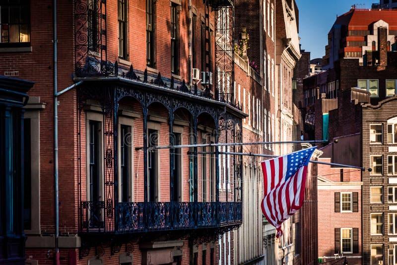 Bandiera americana che pende da una costruzione a Boston, Massachusetts fotografia stock