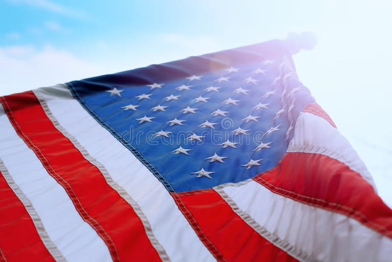 Bandiera americana in cielo pieno di sole fotografia stock