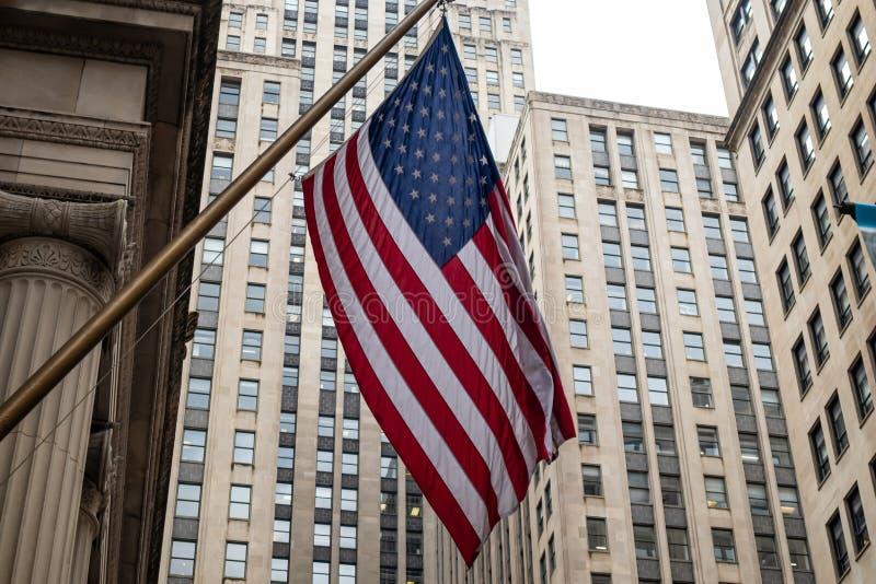 Bandiera americana città in Chicago, Illinois Fondo delle costruzioni dei grattacieli fotografie stock libere da diritti