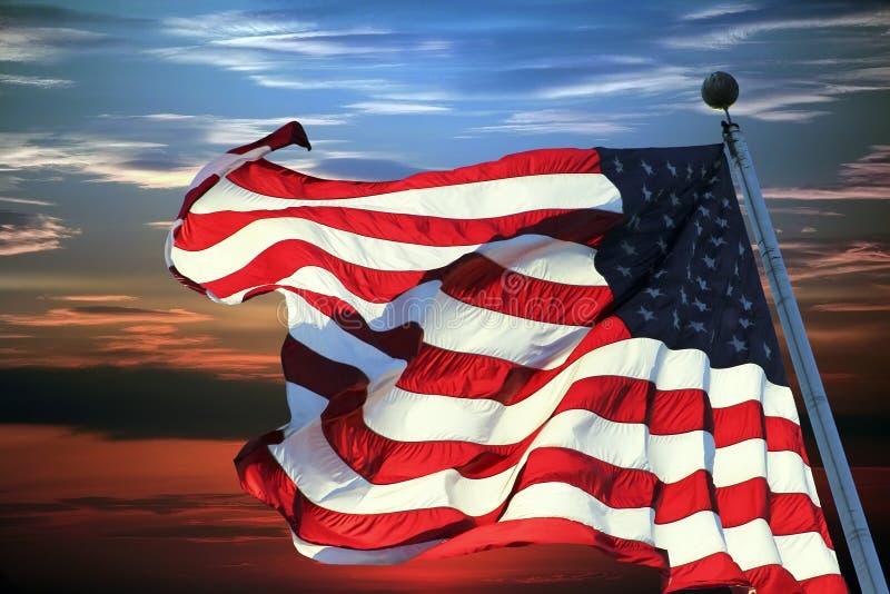 Bandiera americana contro il cielo immagini stock
