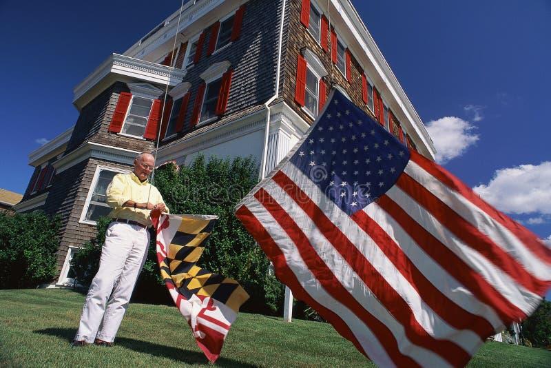 Bandiera americana d'attaccatura dell'uomo più anziano fotografia stock libera da diritti