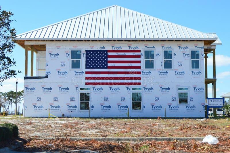 Bandiera americana dal lato di una casa nociva uragano fotografia stock libera da diritti