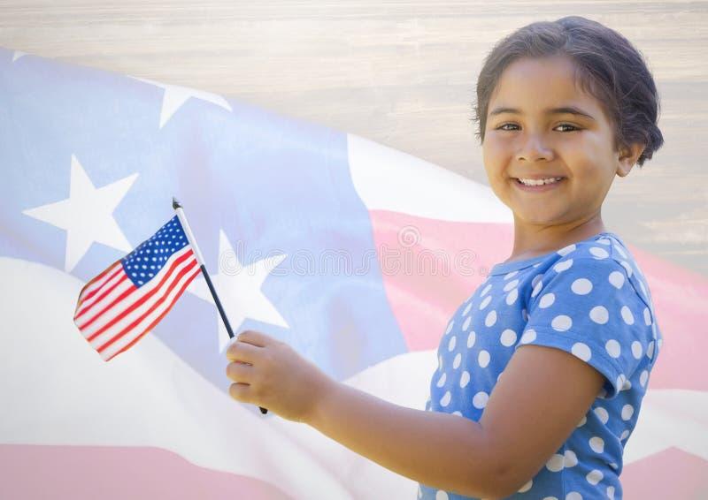 Bandiera americana della tenuta della bambina contro la bandiera americana immagine stock