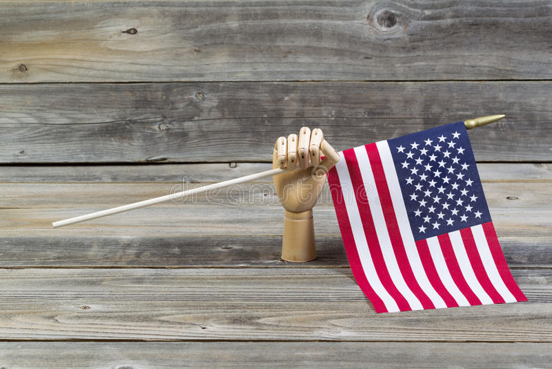 Bandiera americana di legno della tenuta della mano immagine stock