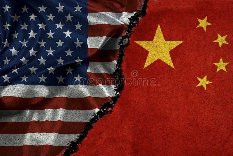 Bandiera americana e bandiera della Cina con la crepa Rel sforzato di simbolizzazione immagine stock