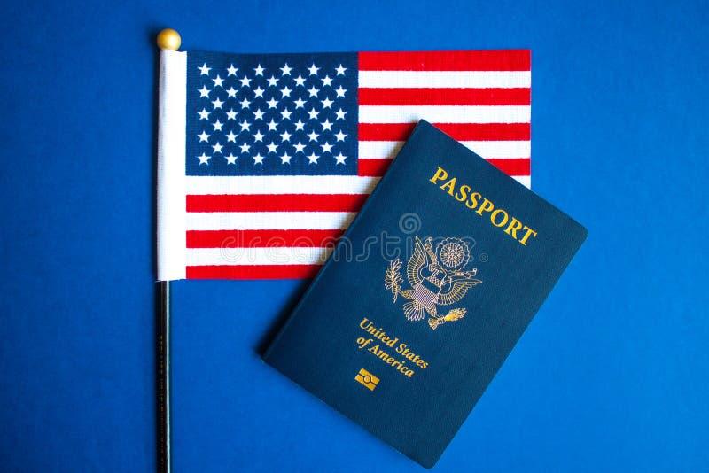 Bandiera americana e passaporto immagini stock libere da diritti