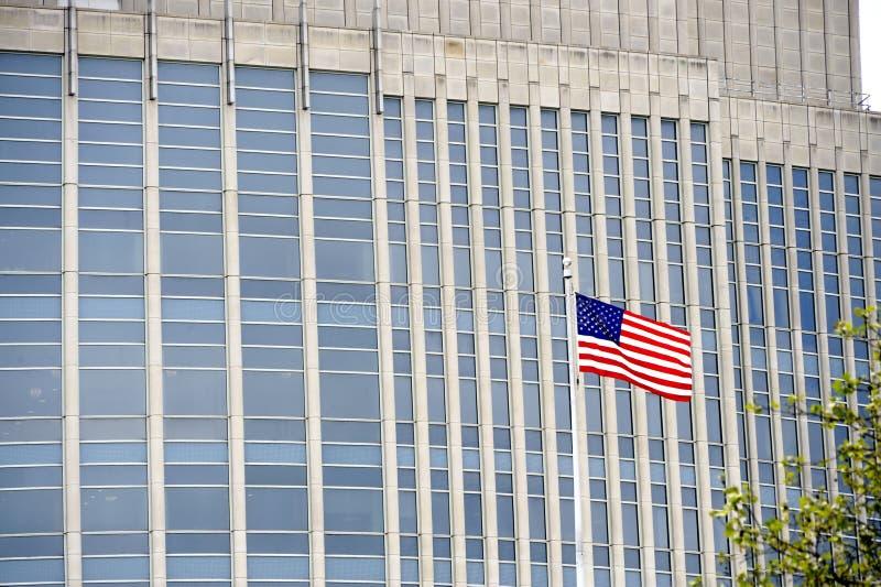 Bandiera americana in NYC davanti all'edificio per uffici fotografia stock
