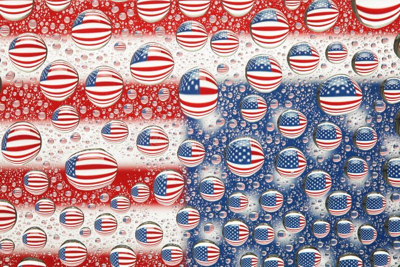 Bandiera americana riflessa nelle gocce di acqua fotografie stock