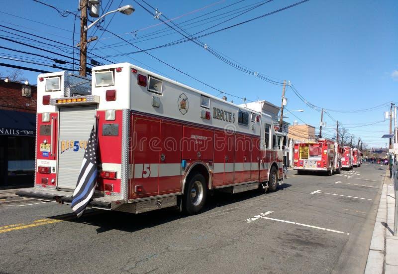 Bandiera americana sottile su un'autopompa antincendio, New Jersey, U.S.A. di Blue Line fotografia stock