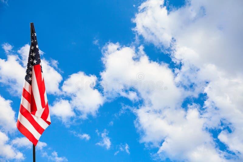 Bandiera americana su cielo blu immagini stock libere da diritti
