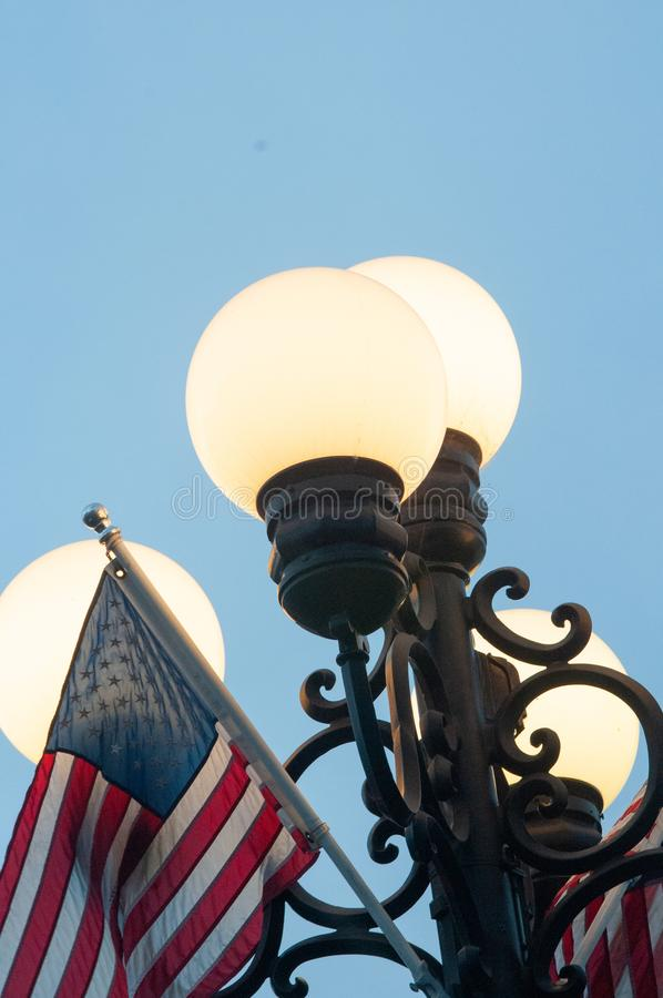 Bandiera americana su un lampione a San Diego, U.S.A., California immagine stock libera da diritti