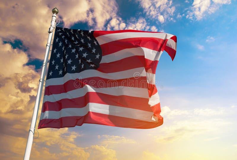 Bandiera americana sui precedenti del cielo fotografia stock libera da diritti