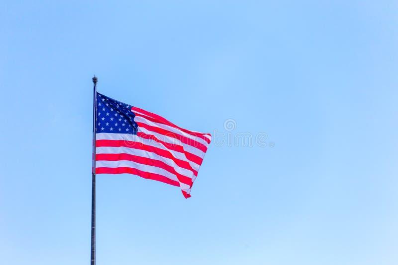 Bandiera americana sul cielo blu sul wnd immagine stock libera da diritti