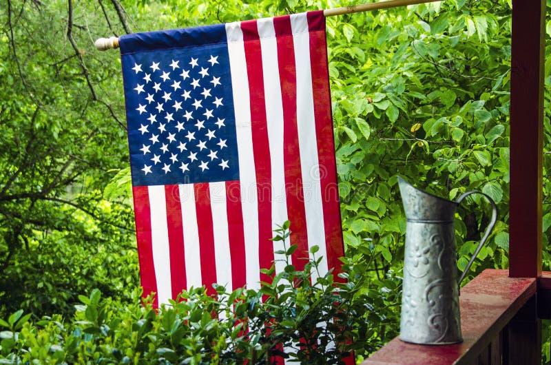 Bandiera americana sul portico posteriore americana immagine stock