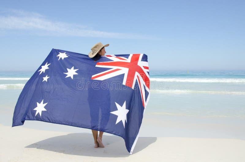 Bandiera australiana della donna attraente alla spiaggia dell'oceano fotografia stock