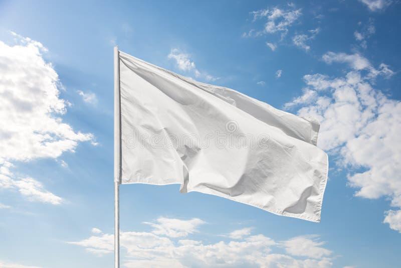 Bandiera bianca contro il cielo blu fotografie stock