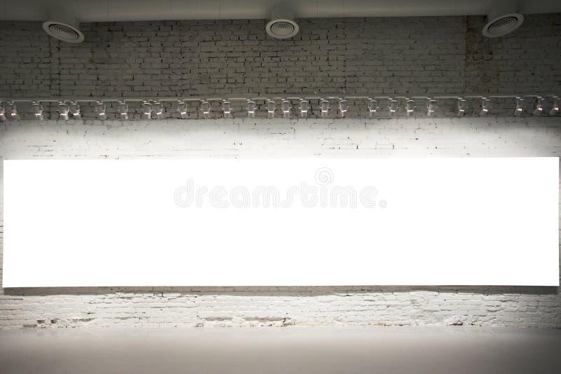 Bandiera bianca vuota sulla parete immagini stock