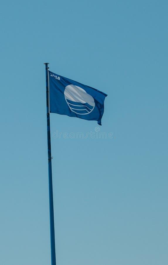 Bandiera blu contro cielo blu La bandiera blu è un premio internazionale dato alle spiagge di cui incontri l'eccellenza nelle are immagine stock