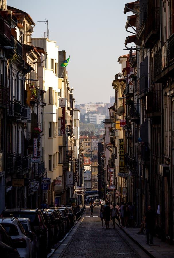 Bandiera brasiliana in via stretta di Oporto fotografia stock libera da diritti