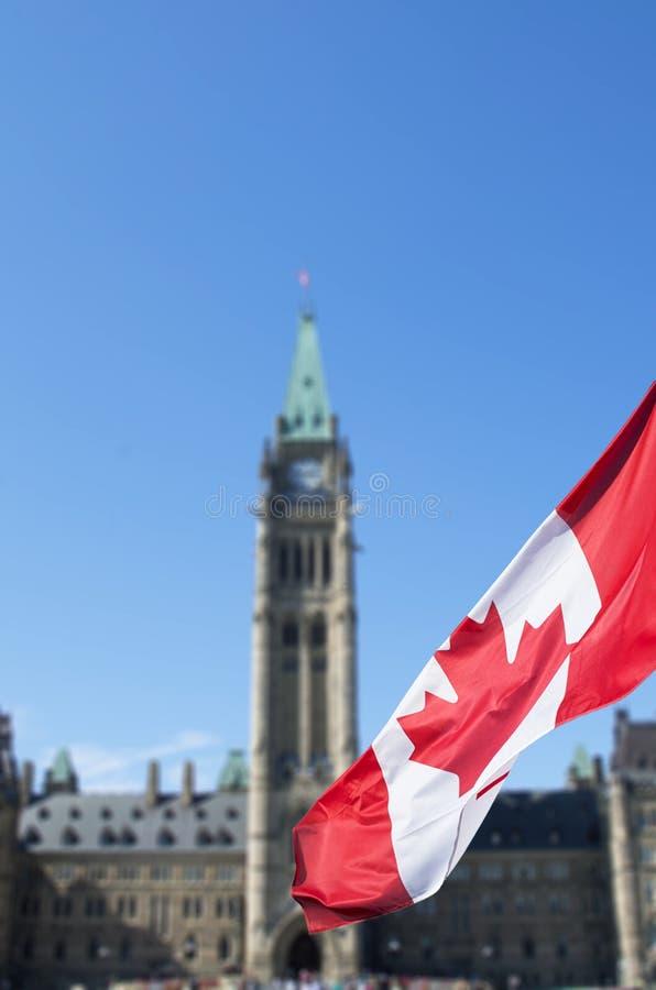 Bandiera canadese che ondeggia davanti al Parlamento fotografia stock