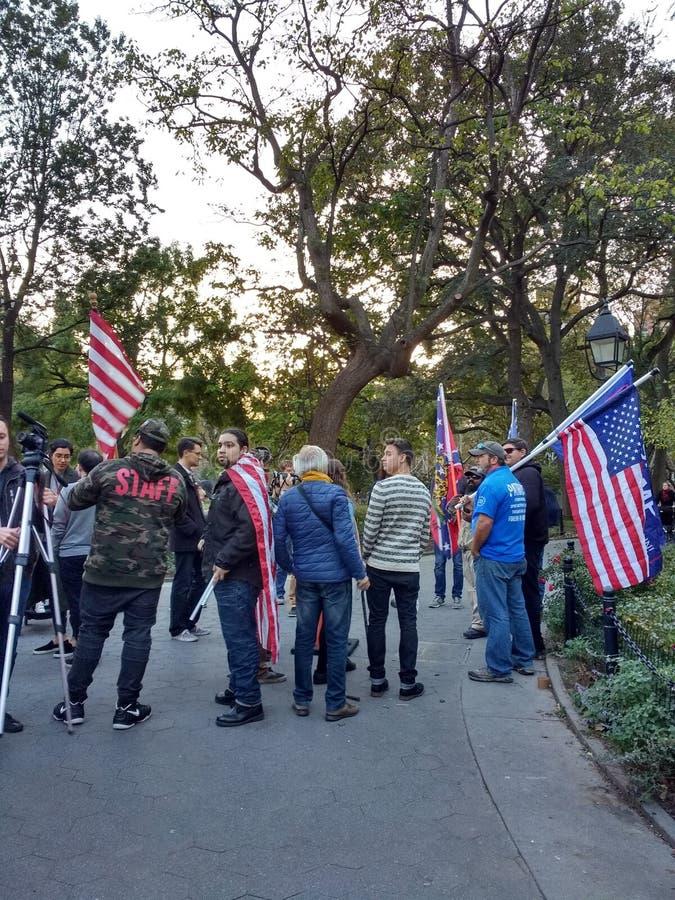 Bandiera confederata di New York, sostenitori di Trump, Washington Square Park, NYC, NY, U.S.A. fotografia stock libera da diritti