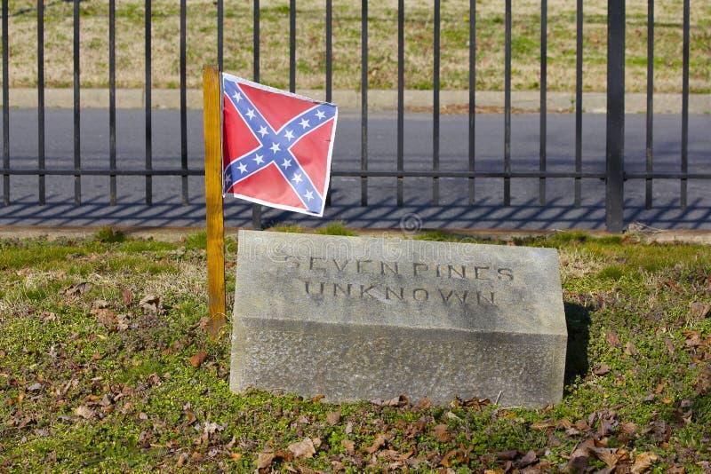Bandiera confederata sulla tomba del soldato sconosciuto Killed a sette pini immagini stock