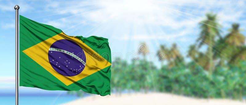 Bandiera d'ondeggiamento del Brasile nel cielo blu soleggiato con il fondo della spiaggia di estate Tema di vacanza, concetto di  fotografia stock