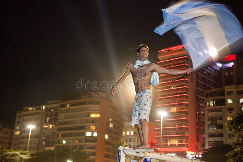 Bandiera d'ondeggiamento dell'Argentina in Copacabana fotografia stock