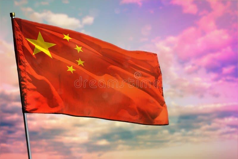 Bandiera d'ondeggiamento della Cina sul fondo variopinto del cielo nuvoloso Concetto di prosperità immagini stock libere da diritti