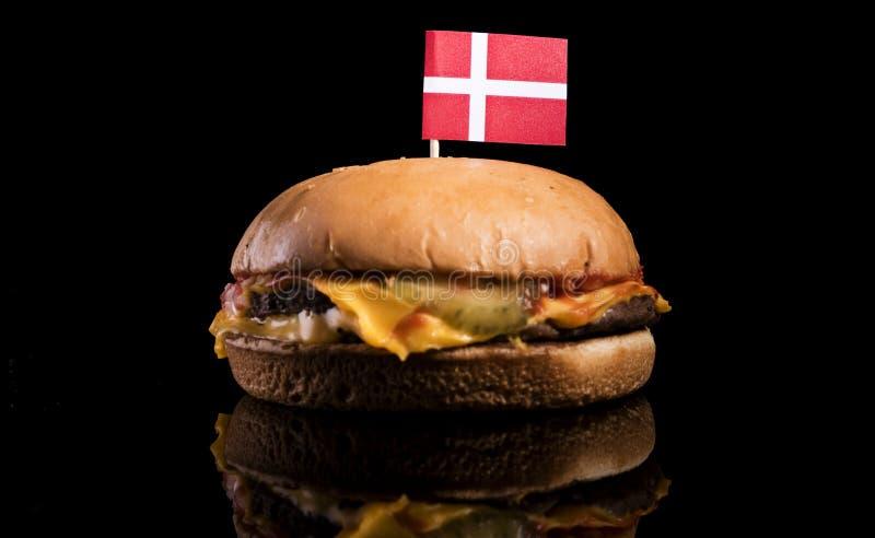 Bandiera danese sopra l'hamburger isolato sul nero immagine stock libera da diritti