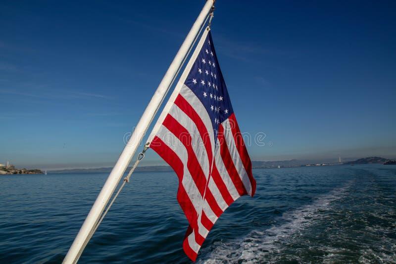 Bandiera degli S.U.A. sul mare a San Francisco, U.S.A. immagine stock libera da diritti
