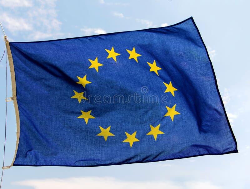 Bandiera degli sbattimenti dell'Unione Europea sul cielo blu fotografia stock