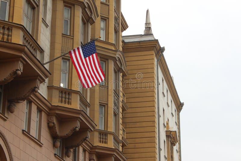 Bandiera degli Stati Uniti che appende sulla costruzione di ambasciata a Mosca immagine stock libera da diritti