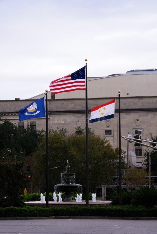 Bandiera degli Stati Uniti d'America e dello Stato della Louisiana che fluttua nel vento a New Orleans Paesaggio urbano fotografie stock