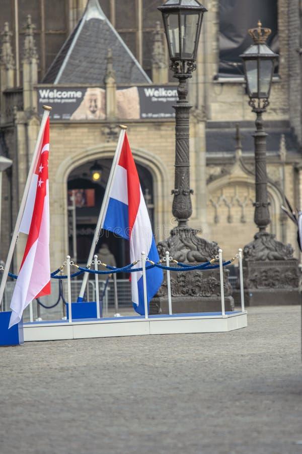 Bandiera dei Paesi Bassi e di Singapore quando il presidente Of Singapore Visited a Amsterdam i Paesi Bassi 21-11-2018 immagini stock libere da diritti