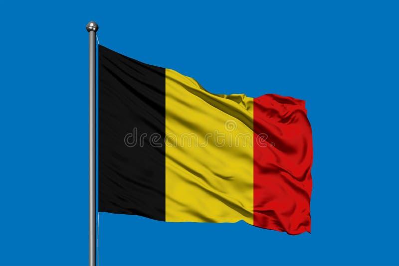 Bandiera del Belgio che ondeggia nel vento contro il cielo blu profondo Bandierina belga immagine stock libera da diritti