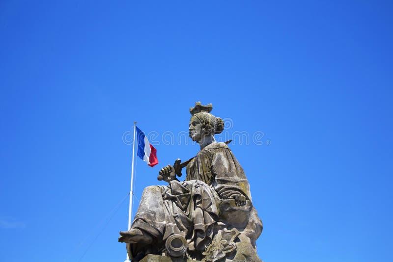 Bandiera del francese e della statua immagini stock