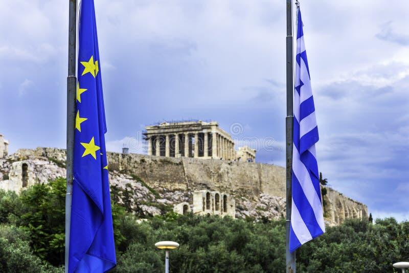 Bandiera del Greco e dell'Unione Europea davanti all'acropoli di Athen immagine stock