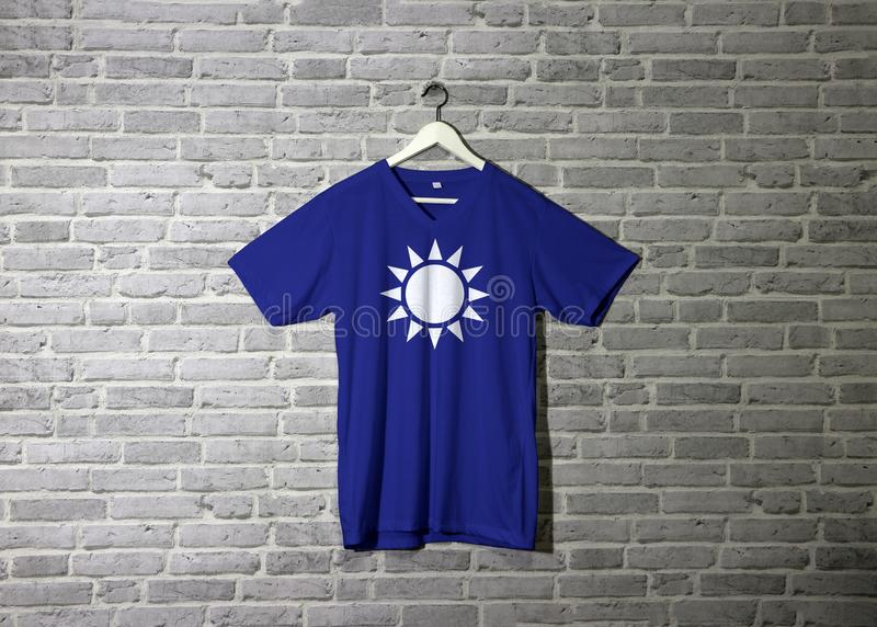Bandiera del Guomindang sulla camicia ed appendere sulla parete con la carta da parati del modello del mattone illustrazione vettoriale