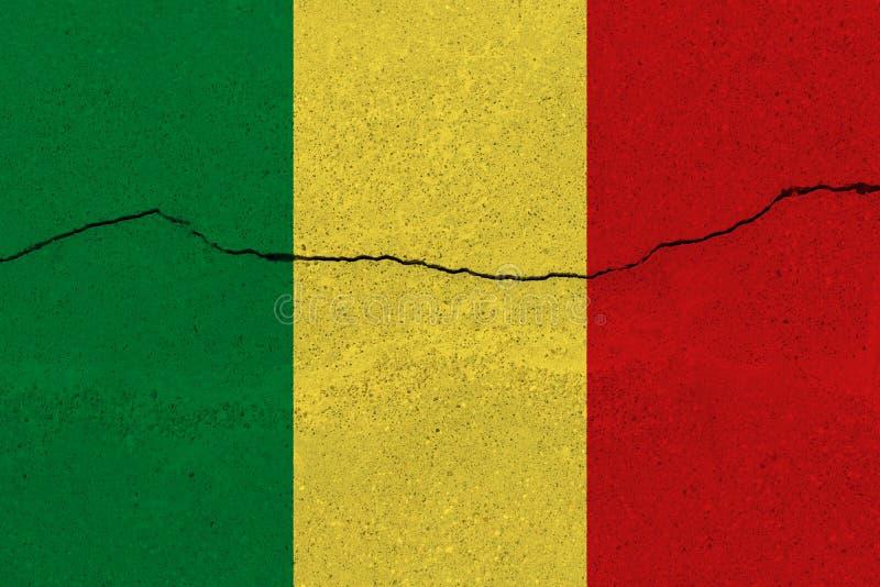 Bandiera del Mali sul muro di cemento con la crepa fotografia stock