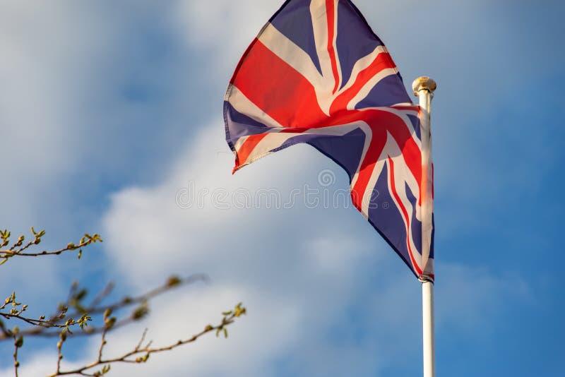 Bandiera del Regno Unito che ondeggia sul vento immagine stock libera da diritti