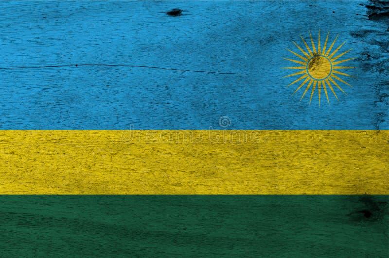 Bandiera del Ruanda sul fondo di legno del piatto Struttura ruandese della bandiera di lerciume fotografie stock