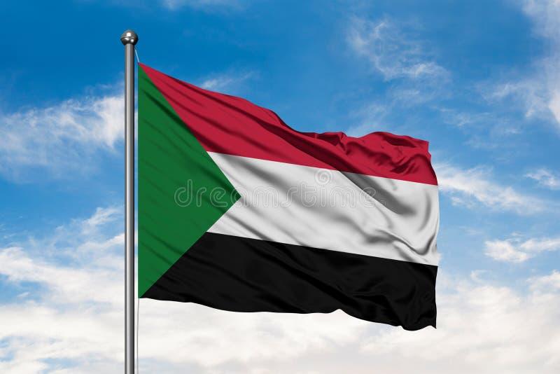 Bandiera del Sudan che ondeggia nel vento contro il cielo blu nuvoloso bianco Bandiera sudanese fotografia stock libera da diritti