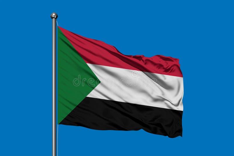 Bandiera del Sudan che ondeggia nel vento contro il cielo blu profondo Bandiera sudanese immagine stock libera da diritti