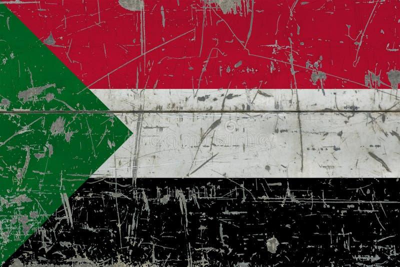 Bandiera del Sudan di lerciume su vecchia superficie di legno graffiata Fondo d'annata nazionale immagini stock libere da diritti