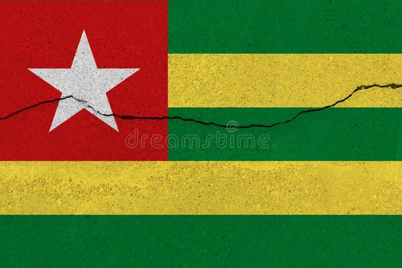Bandiera del Togo sul muro di cemento con la crepa immagini stock libere da diritti