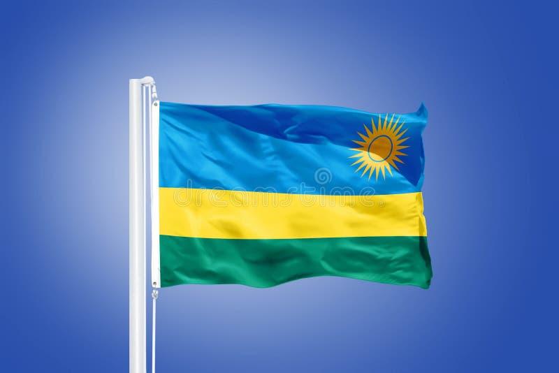 Bandiera del volo del Ruanda contro un cielo blu fotografie stock