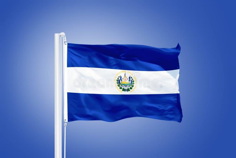 Bandiera del volo di El Salvador contro un cielo blu fotografie stock libere da diritti