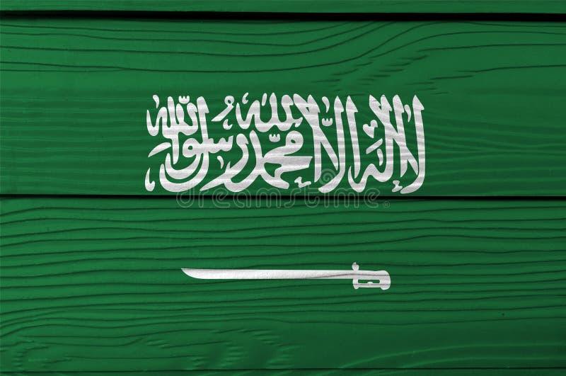 Bandiera dell'Arabia Saudita sul fondo di legno della parete Struttura della bandiera dell'Arabia Saudita di lerciume fotografia stock libera da diritti